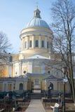 亚历山大・涅夫斯基的拉夫拉三位一体大教堂 从圣尼古拉斯公墓的看法,圣彼得堡 库存照片