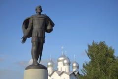 亚历山大・涅夫斯基雕塑和圣徒鲍里斯和Gleb教会圆顶  假定招标veliky教会的novgorod 库存图片