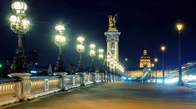 亚历山大III桥梁在晚上在巴黎 免版税库存图片