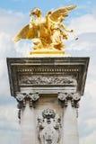亚历山大III桥梁金黄雕象在巴黎 免版税库存图片