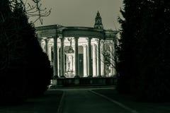 亚历山德拉庭院在夜之前 免版税库存照片