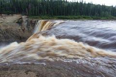 亚历山德拉秋天跟斗在干草河, Twin Falls峡谷的32米领土公园西北地区,加拿大 长的Exposur 免版税库存图片