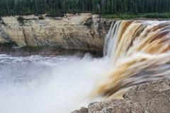 亚历山德拉秋天跟斗在干草河, Twin Falls峡谷的32米领土公园西北地区,加拿大 长的Exposur 库存图片