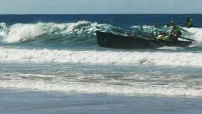 亚历山德拉陆岬,昆士兰,澳大利亚2016年4月24日:完成种族的接近的海浪赛艇 影视素材