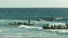 亚历山德拉陆岬,昆士兰,澳大利亚2016年4月21日:数的广角看法冲浪完成种族的小船 影视素材