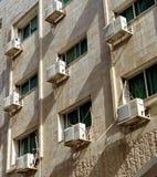 亚喀巴,约旦, 2018年3月7日:一个房子的后方在城市的中心有空调的在每个窗口 免版税库存照片