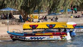 亚喀巴,约旦01日2016年:玻璃小船 库存照片