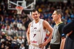 亚尼斯Blums和篮球裁判员 免版税库存图片