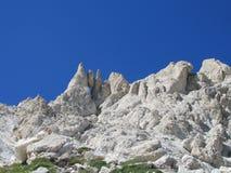 亚平宁山垂悬的石岩石峰顶排列 免版税库存照片