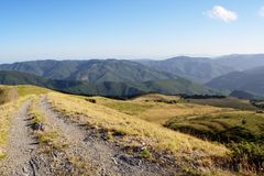 亚平宁山脉与土路的山横向 免版税库存图片