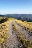亚平宁山脉与土路的山横向 库存图片