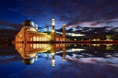 亚庇市浮动清真寺黎明视图 免版税库存照片