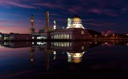 亚庇市清真寺的反射在沙巴,东马来西亚的黎明 免版税库存图片