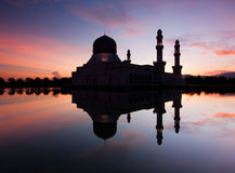 亚庇日出的市清真寺在沙巴,东马来西亚 免版税库存照片