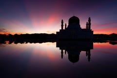 亚庇日出的市清真寺在沙巴,东马来西亚 图库摄影