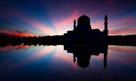 亚庇日出的市清真寺在沙巴,东马来西亚 免版税库存图片