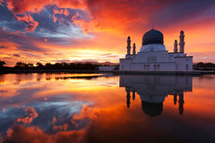 亚庇日出的市清真寺在沙巴,马来西亚 免版税库存图片