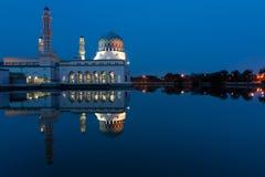 亚庇沙巴的,东马来西亚市清真寺的反射 免版税库存图片