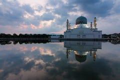亚庇沙巴的,东马来西亚市清真寺的反射 库存图片