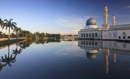 亚庇沙巴的,婆罗洲市清真寺的反射 免版税库存图片