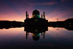亚庇清真寺在沙巴,婆罗洲的黎明 免版税库存图片