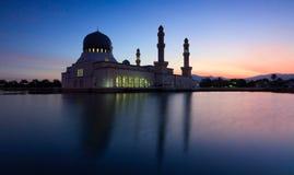 亚庇清真寺的反射在沙巴,婆罗洲的蓝色小时 免版税库存图片
