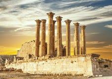 亚底米神庙在古老罗马市日落的Gerasa,边框形式日杰拉什 免版税库存照片