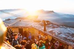 亚当峰,斯里兰卡- 2017年2月06日, :游人等待集会的人们拍日出的照片在山亚当峰亚当` s峰顶 免版税图库摄影