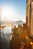 亚当峰,斯里兰卡- 2017年2月06日, :游人等待集会的人们拍日出的照片在山亚当峰亚当` s峰顶 免版税库存照片