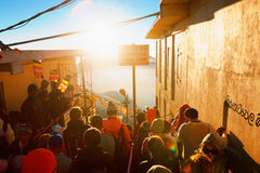 亚当峰,斯里兰卡- 2017年2月06日, :游人等待集会的人们拍日出的照片在山亚当峰亚当` s峰顶 免版税库存图片