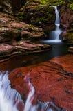亚当的秋天和小小瀑布在厨房小河在里基茨Gl 免版税库存图片