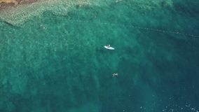 亚得里亚海的一个多岩石的海滩的空中下来看法 暑假时间 图库摄影