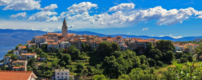 亚得里亚海的全景城镇视图vrbnik 免版税库存图片