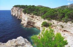 亚得里亚海的夏天晴朗的海岸峭壁克罗地亚 图库摄影