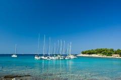 亚得里亚海的海湾美丽的小船靠码头的风帆海运 库存图片