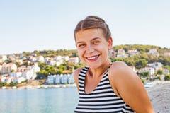 亚得里亚海的海滨的妇女在一个夏天早晨 库存图片