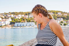 亚得里亚海的海滨的妇女在一个夏天早晨 库存照片