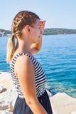 亚得里亚海的海滨的妇女在一个夏天早晨 免版税库存照片