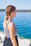 亚得里亚海的海滨的妇女在一个夏天早晨 图库摄影