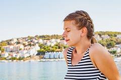 亚得里亚海的海滨的妇女在一个夏天早晨 免版税图库摄影