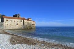 亚得里亚海的海滩老城堡 图库摄影