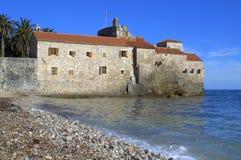 亚得里亚海的海滩老城堡 免版税库存图片