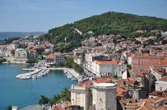 亚得里亚海的港口城镇视图 库存图片