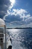 亚得里亚海,横渡晴天的小船 免版税库存照片