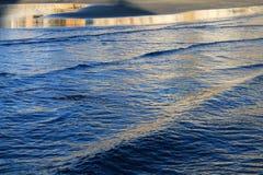 亚得里亚海(黑山,冬天)的波浪 免版税库存图片