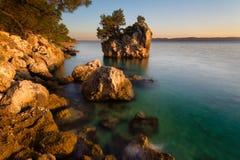 亚得里亚海绿松石清楚的水在Brela 库存图片