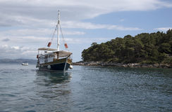 亚得里亚海Lokrum克罗地亚海岛的一条游艇  免版税库存图片