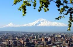 亚拉拉特山和耶烈万市 免版税库存照片