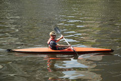 亚拉河的未认出的皮艇在墨尔本 免版税库存照片