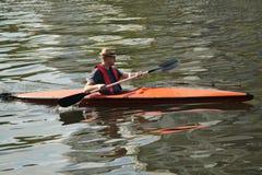 亚拉河的未认出的皮艇在墨尔本 免版税图库摄影